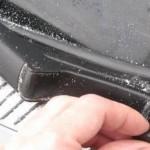 Болт крепления находится под пластиковой заглушкой