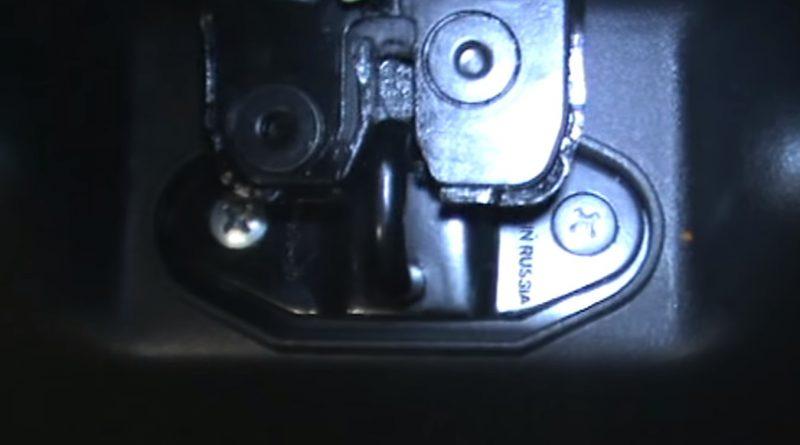 Выставляем петлю замка багажника как на фото